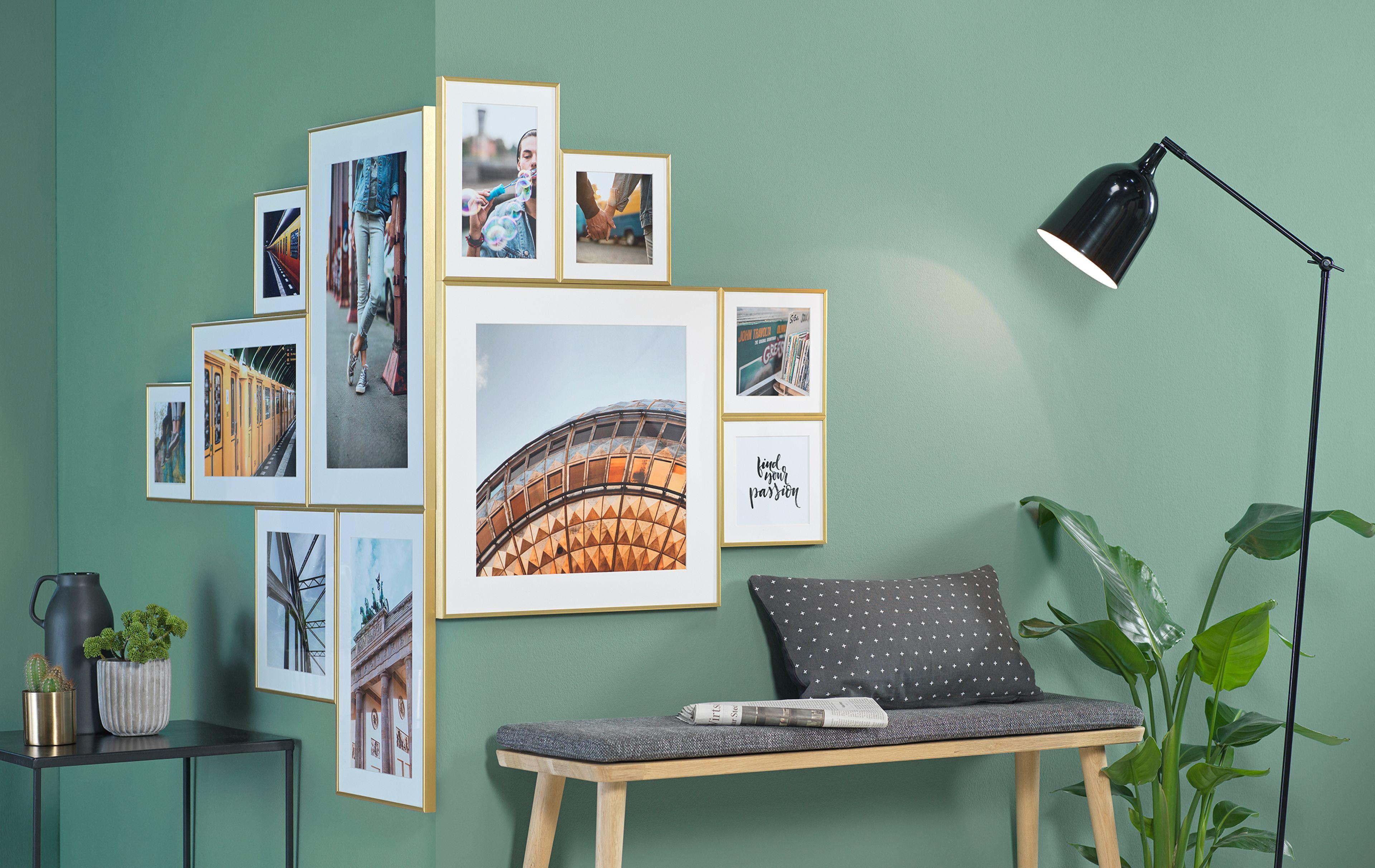 Na vnějším rohu obývacího pokoje visí různé nástěnné malby se zlatými rámečky.